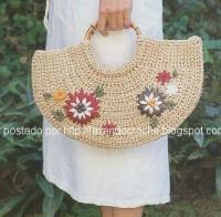 Вязание крючком. Эта сумочка связана в форме полукруга и украшена вышивкой.