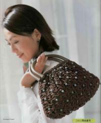 язание крючком. Элегантная сумочка с отделкой бусами.